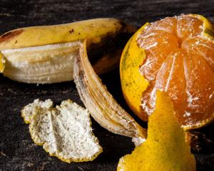 Cascaras de plátano y naranja